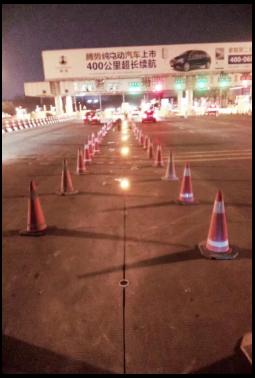 深圳市荷坳收费广场三角带提示